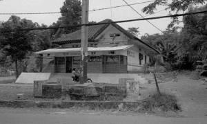 Gedung Indisch di pertigaan Tjisaoek Serpong