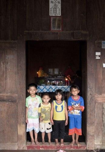 keluarga di depan altar rumah kebaya saat imlek