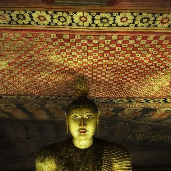 buddha emas dan mural tempera