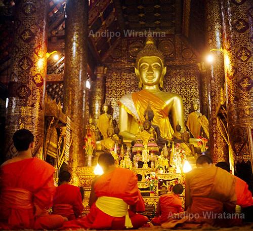 upacara sembahyang di kuil buddha luang prabang
