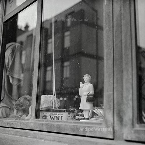 boneka ratu elizabeth di jendela